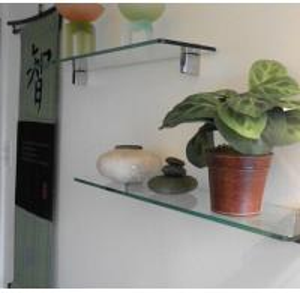 China Latest popular design modern wall mounted decorative glass wall shelf on sale